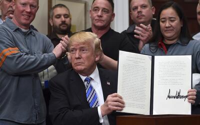 El presidente Donald Trump sostiene la proclamación de aranceles...