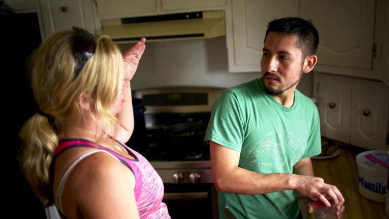 Juntos, Manuel Estrada y su esposa Jennifer organizan su comunidad de Ma...