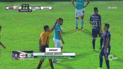 Tarjeta amarilla. El árbitro amonesta a José Hibert Ruiz de Veracruz