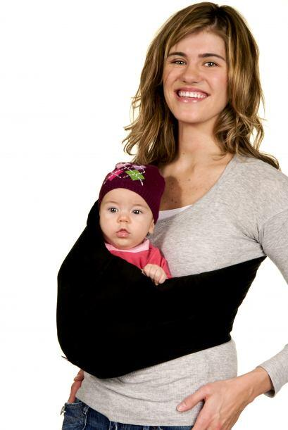 Una madre que lleva a su bebé cargando pegado al pecho es también más se...
