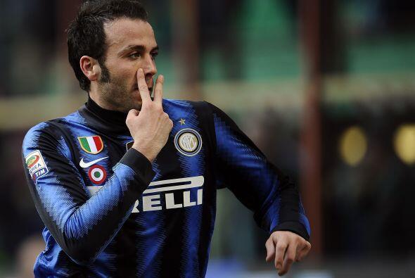 "Gianpaolo Pazzini parece estarle diciendo ""Te estoy mirando, ¿ehh?'' a a..."