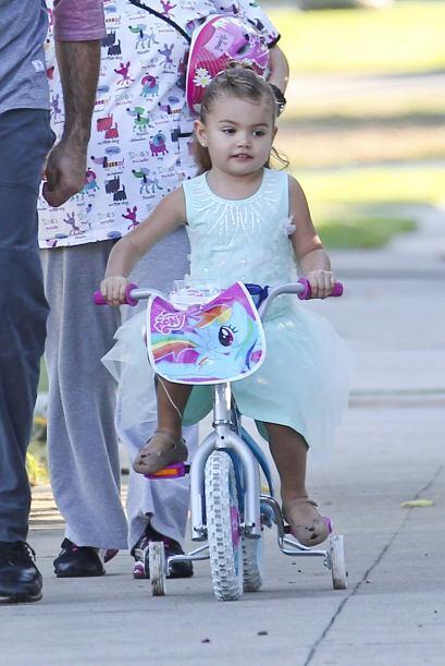 Miren lo adorable que lució Elenita en sus primeras clases de bicicleta.