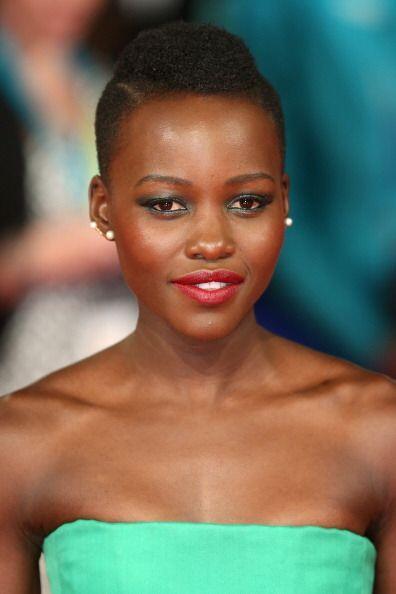 Los fabulosos y coloridos maquillajes de Lupita N'yongo son otro element...