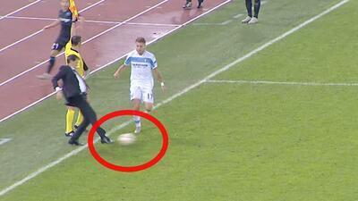 ¡Atrevido! Entrenador del Marsella se metió al campo y le quitó el balón a un jugador rival