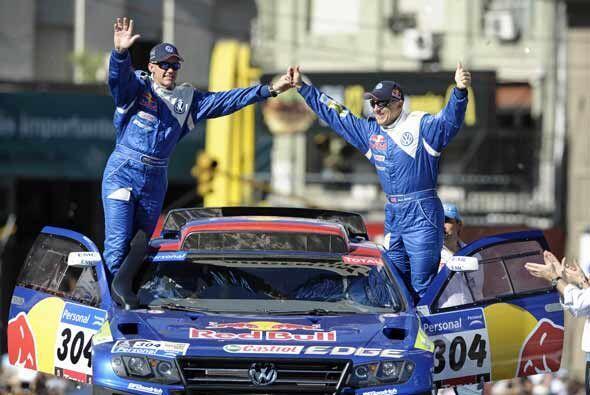 Sainz y su co piloto saludaron a la multidud argentina antes de la salid...