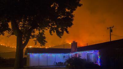 Diciembre en llamas: el fuego cerca casas con decoraciones navideñas en el sur de California (fotos)