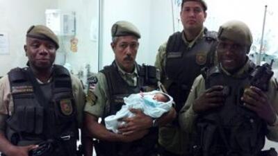 En la fotografía aparece el bebé rescatado de una caja de zapatos. La im...