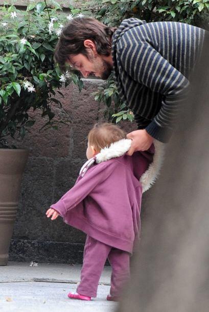 Aprovechaba esos momentos para enseñarle a dar sus primeros pasos, pues...