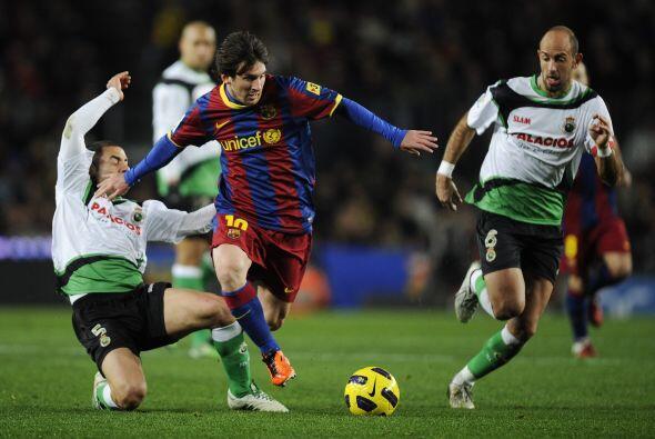 El Barcelona seguía atacando y llegó el premio. Un foul dentro del área...