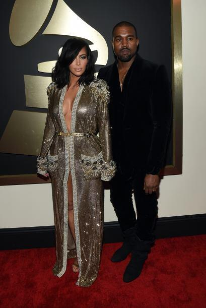 Kim parecía que llevaba una lujoso bata de baño, mientras que Kanye iba...