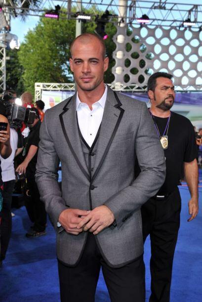 Desde los Premios Juventud 2011 pudimos verlo pelón y es que el actor di...