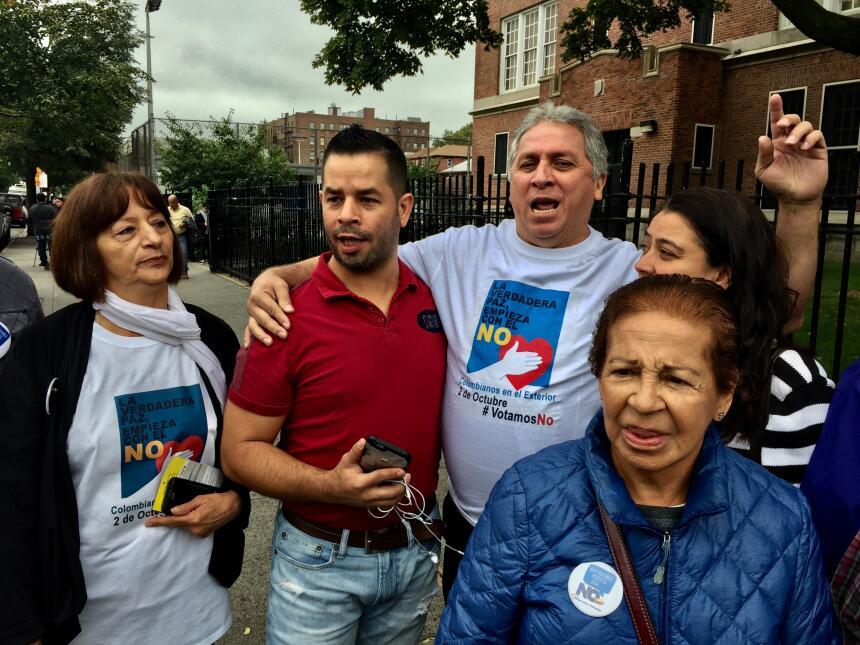 """Los partidarios del """"no"""" se expresaron frente al centro de vot..."""