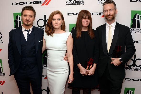 Jeremy Renner y Amy Adams con la diseñadora de producción Judy Becker y...