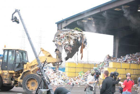 En la medición precisa de las dos toneladas de basura que poco después a...