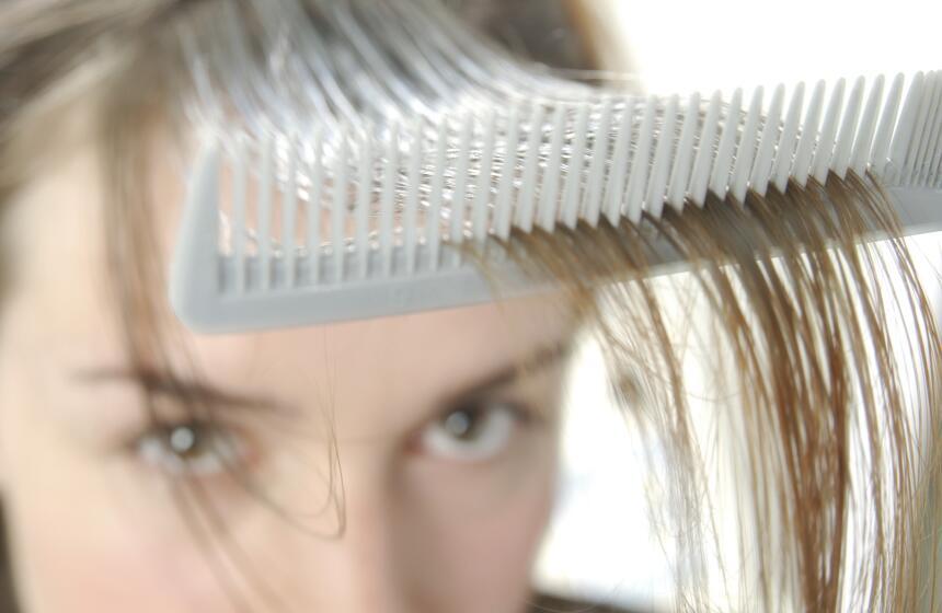 El color del cabello se debe a un pigmento llamado melanina que producen...