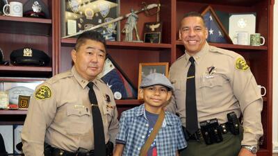 Nombran a paciente de 13 años con leucemia como oficial del Sheriff por un día