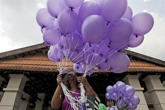 Las decenas de globos morados fueron lanzados en recuerdo de las víctimas.