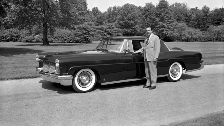 William Clay Ford con una de las primeras unidades del Continental Mk II.