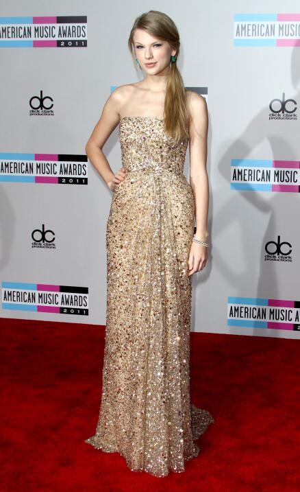 Taylor Swift con el pelo largo y completamente lacio en la gala de los A...