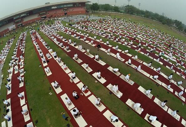 Vista aérea de una session de yoga en el complejo Yamuna, en Nueva Dehli.