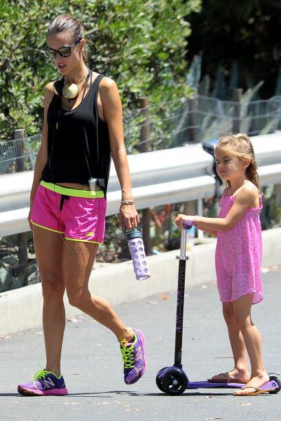 Alessandra es un gran ejemplo a seguir para su nena.Mira aquí los videos...