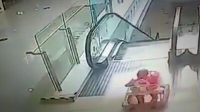(Video) Bebé en andador cae por las escaleras eléctricas de un centro comercial