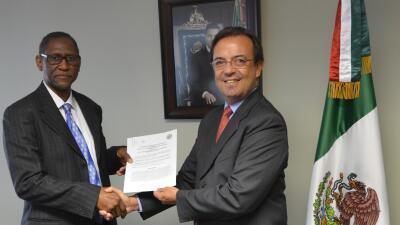 Cónsul de México firma acuerdo de colaboración laboral