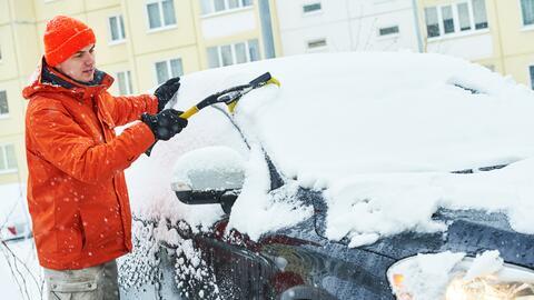 Objetos para eliminar el hielo del parabrisas de tu auto