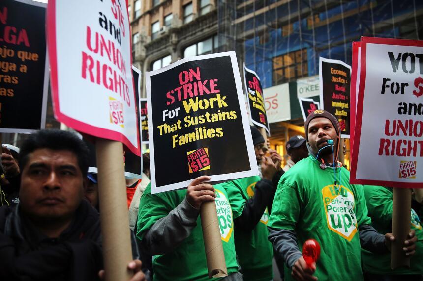 En fotos: Toman las calles por un mayor salario mínimo GettyImages-49650...