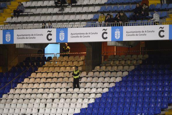 Extraño ambiente de fútbol con escasas personas en las gradas.
