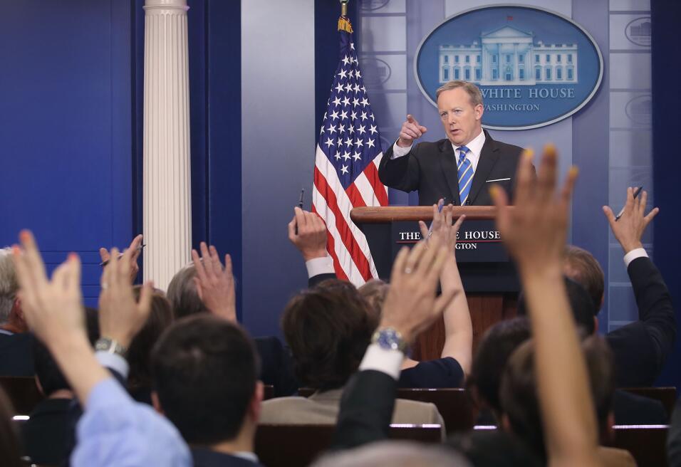 Cinco mentiras que ya son parte del legado de Sean Spicer GettyImages-68...