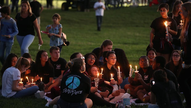 Este jueves, la comunidad de Parkland se reunió en un parque para celebr...