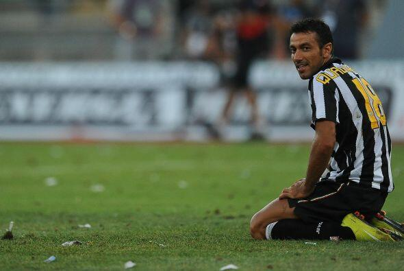 El atacante Fabio Quagliarella, reemplazo de Trezeguet, salió con la pól...