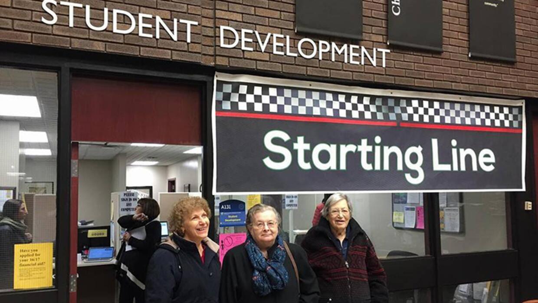 Cecile Tegler, Sandra Leaming y Marge Reinard posan para la foto antes d...