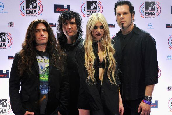 Taylor con sus compañeros de banda en The Pretty Reckless.  Claro, ella...