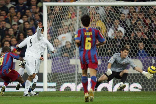 Xavi, presenciando desde la mejor de las butacas un gol de Eto'o en el m...
