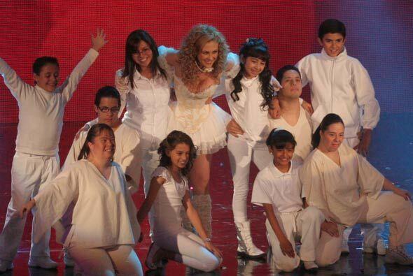 Parte del ballet que acompañó a Aracely en su presentación son niños con...