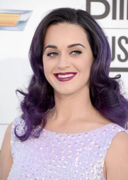 La Katy 'darky' se asomó a los escenarios con este potente morado que in...