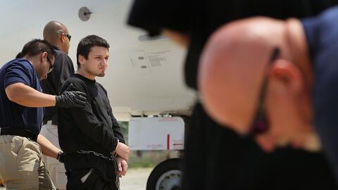 Agentes de ICE esposan a indocumentados antes de deportarlos de Estados...