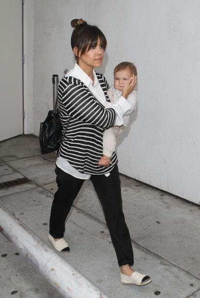 Kourt se desvive en cuidados con su nena.Mira aquí los videos m&a...
