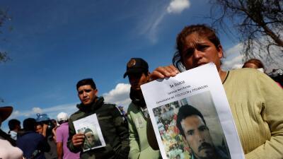"""""""Mi hermano estaba llenando un bidón"""": la desesperada búsqueda de desaparecidos tras la explosión de un ducto de gasolina en México"""