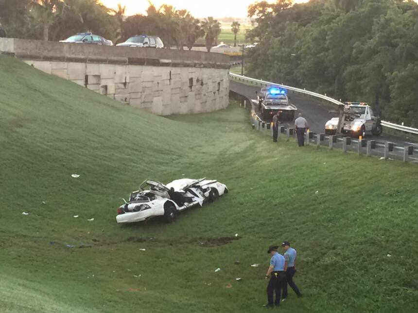 Tras el impacto, el automóvil dio varias vueltas y terminó en el área ve...