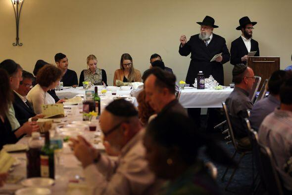 Los ingredientes deben colocarse en la mesa del Seder de acuerdo con su...