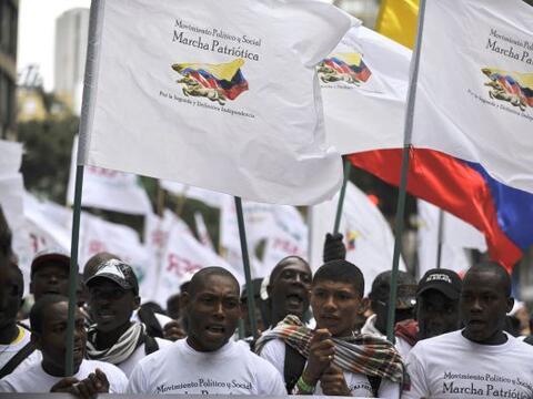 Vestidos con camisetas blancas en símbolo de la paz los manifesta...
