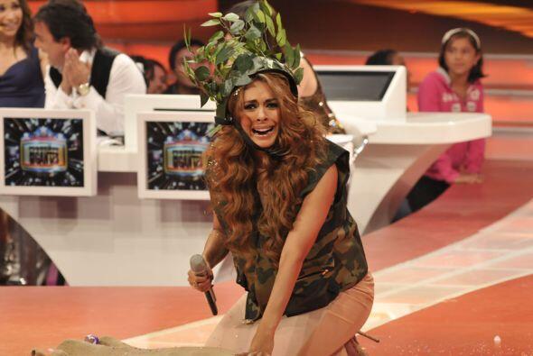 Se tuvo que tirar en el piso y ponerse plantas en la cabeza para camufla...