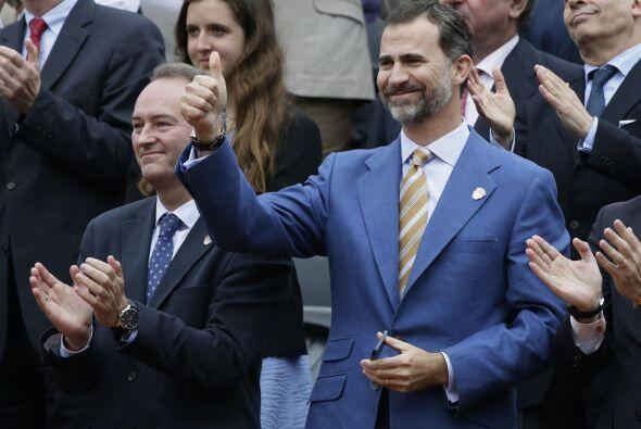 Sentado en primera línea del palco de autoridades, el príncipe Felipe no...