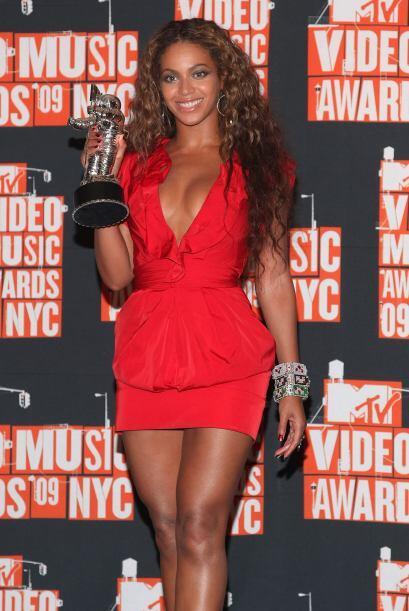 La cantante es todo un derroche de sensualidad y sus curvas son el sue&n...