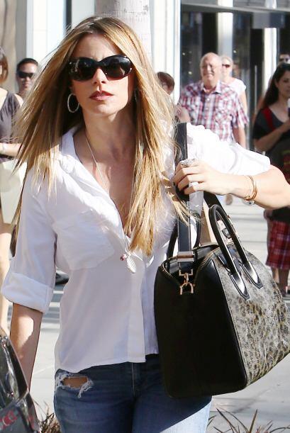 Un bolso Givenchy de $3,400, unos vaqueros rasgados y una blusa blanca c...
