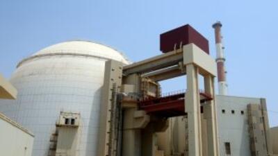 Contruyendo el reactor en la planta nuclear Bushehr, construída por los...
