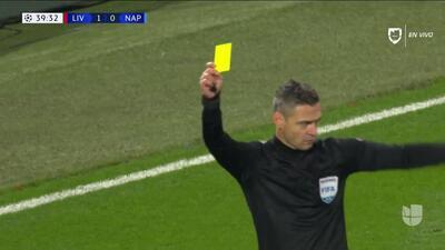 Tarjeta amarilla. El árbitro amonesta a Kalidou Koulibaly de Napoli